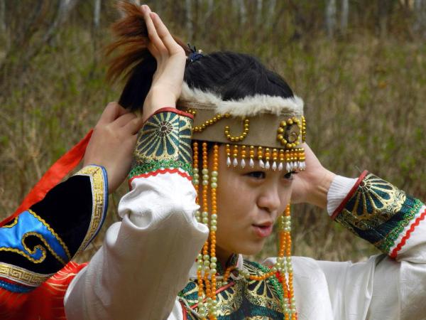 不同的地域,不同的材料形成不同的少数民族服饰
