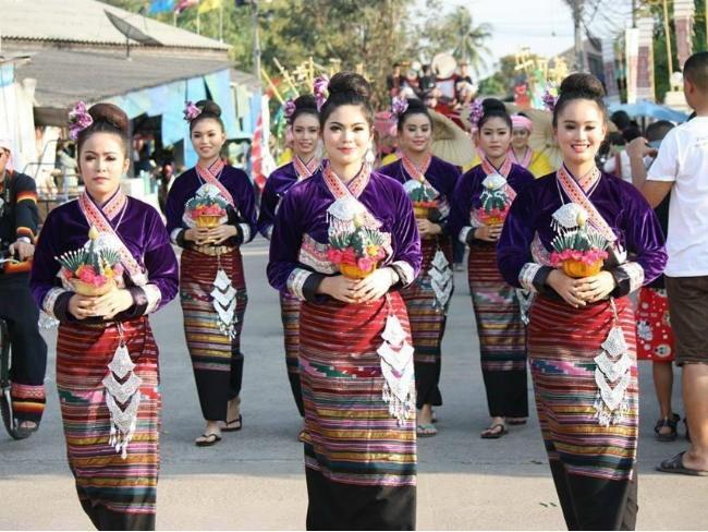 2015年西双版纳热带植物园的酒店傣族民族工作服装