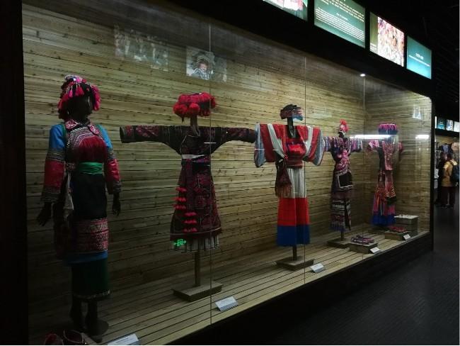 搜于特上市公司的企业服装博物馆定制传统33个少数民族服饰