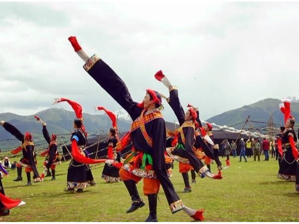 民族服装在少数民族节庆舞舞蹈中有什么重要作用?