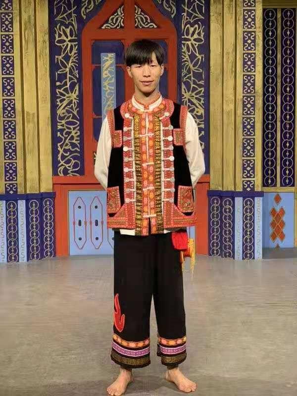 永仁彝族服饰1