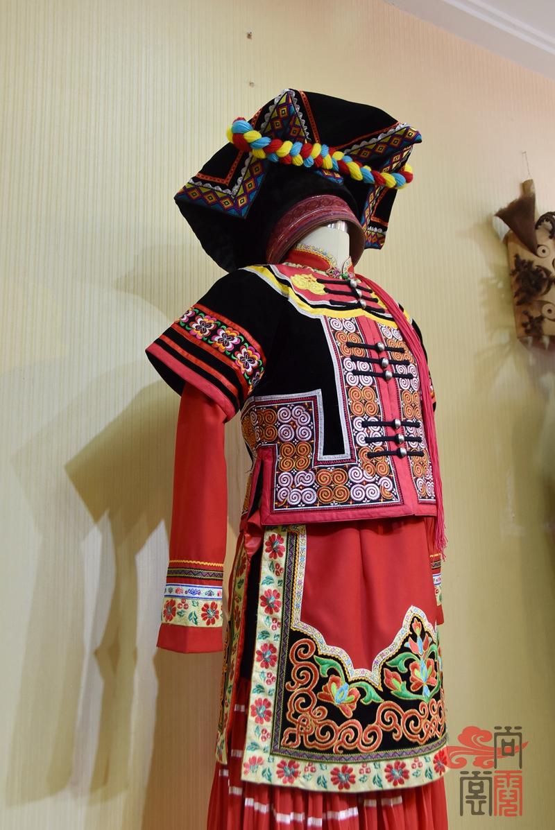 凉山彝族少数民族服饰女装09