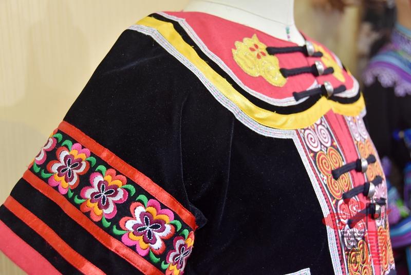 凉山彝族少数民族服饰3