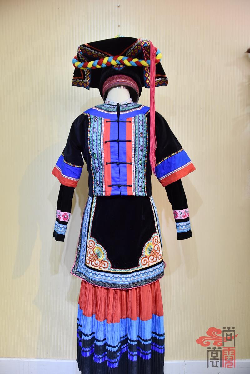 彝族少数民族服饰女装02