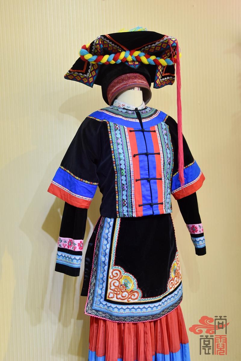 彝族少数民族服饰女装06
