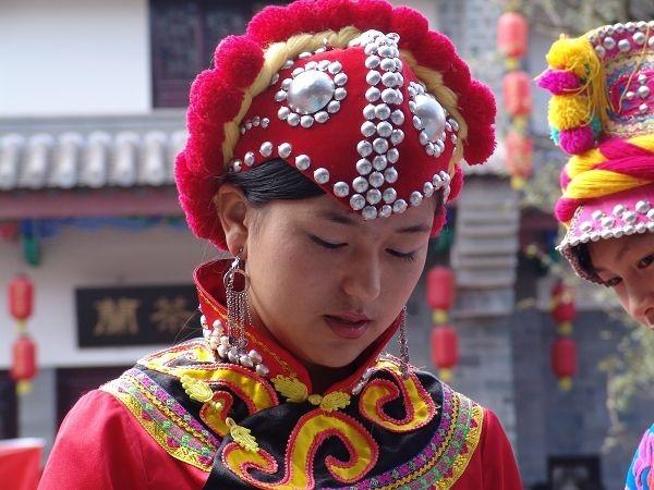 彝族姑娘鸡冠帽