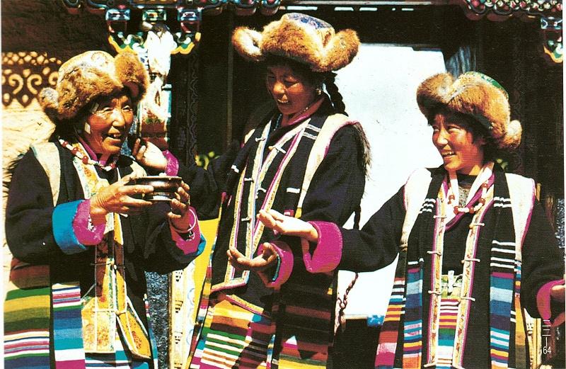 戴金丝帽的山南地区加查县藏族服饰