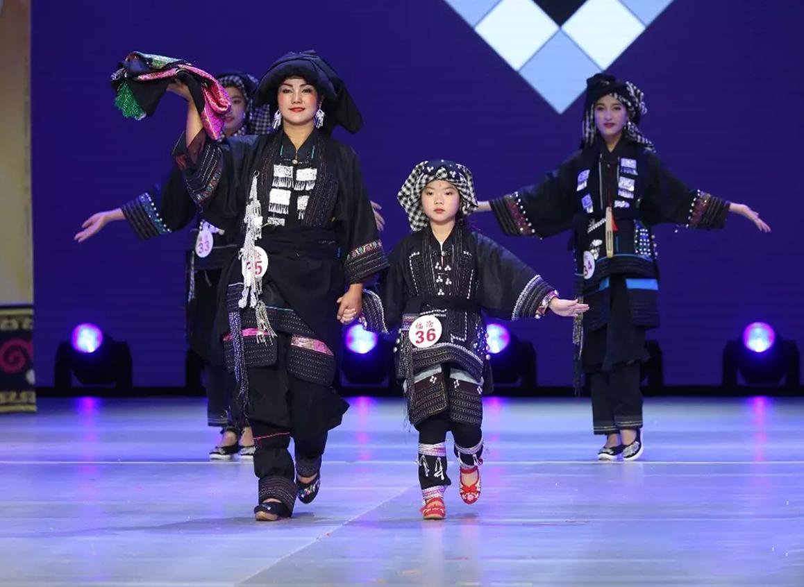 舞台表演彝族服饰