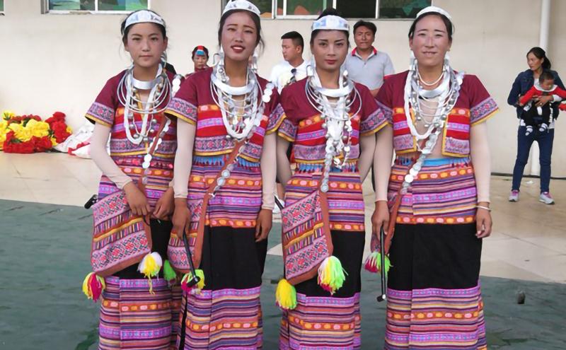西藏林芝雅鲁藏布生态文化旅游节僜人族节庆表演民族服饰