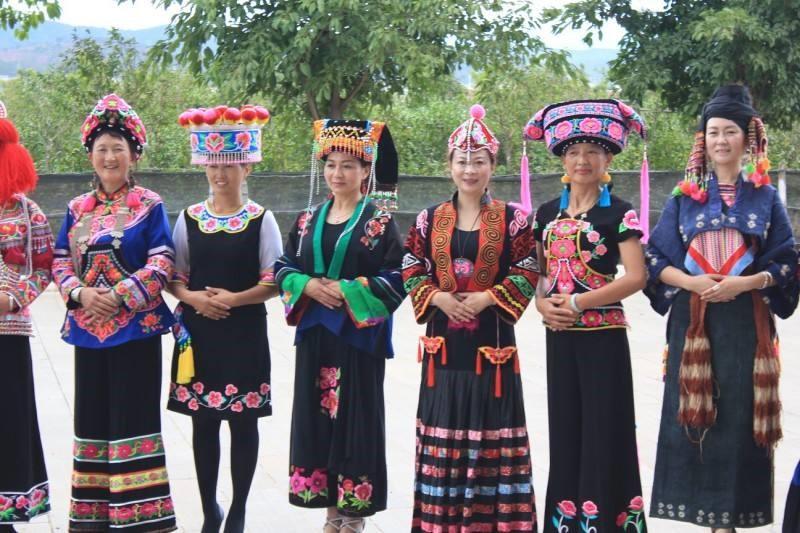 彝族女子服装
