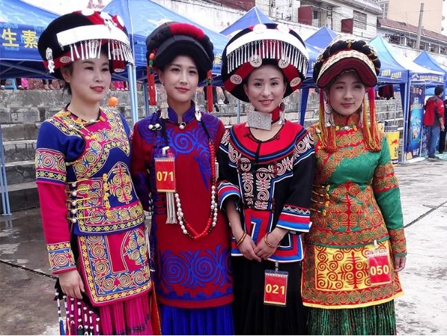 泸沽湖畔民族服饰
