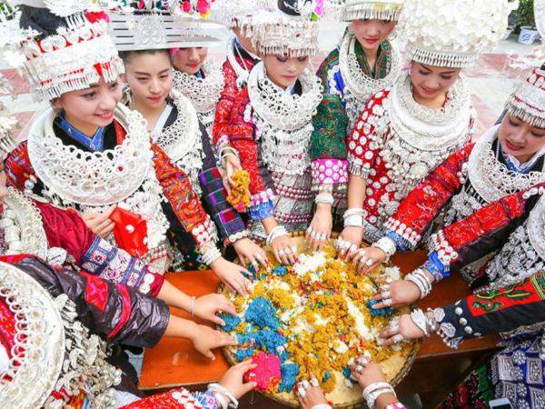 少数民族的节日服装是男女青年传情说爱的重要媒介