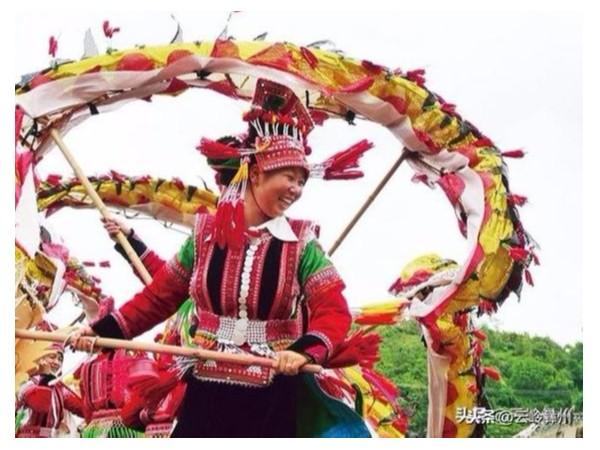 心灵手巧的彝族花腰族姑娘,完成一套民族服装,往往要花三四年的时间