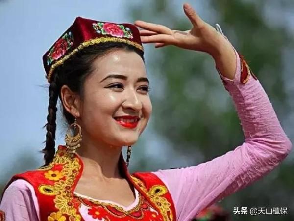 新疆维吾尔族人注重打扮,民族服饰讲究,有着突出的民族及宗教特色