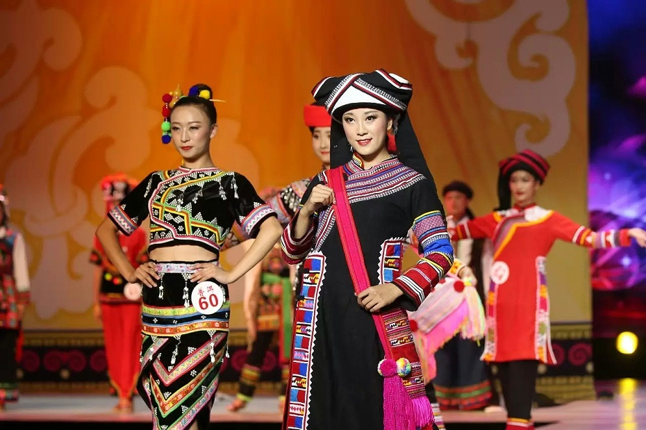 表演拉祜族服装