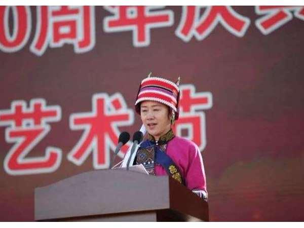 石林民族中学学生穿少数民族校服举行学校八十周年庆典