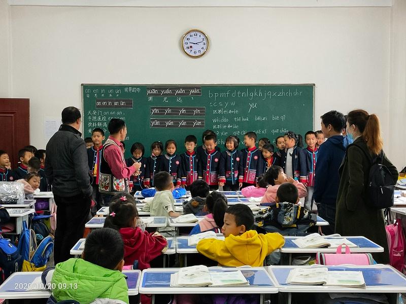 民族学校民族特色校服和教师工作服