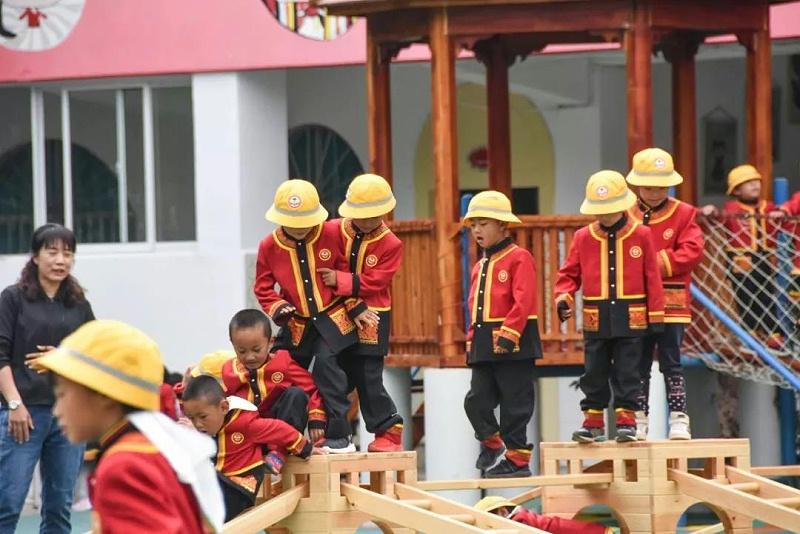 孩子们穿民族校服