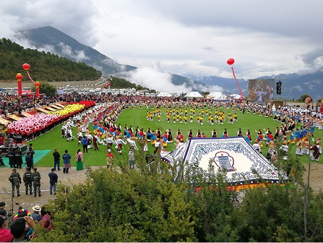 2018云南省德钦县梅里雪山弦子艺术节舞台演出民族服装定制